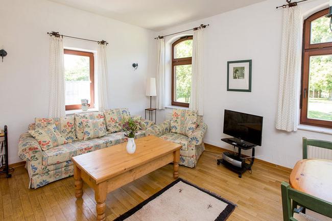 Appartement 4 - Wohnbereich mit Couch und TV