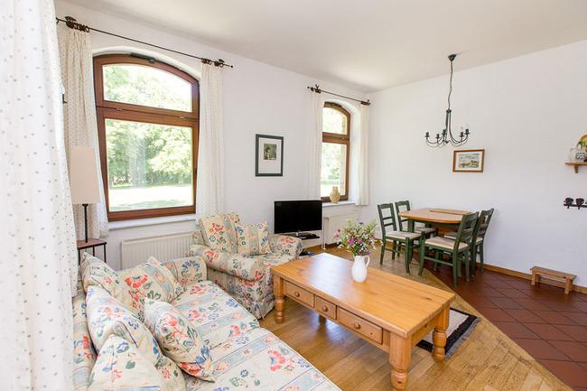 Appartement 4 - Wohnbereich mit Couch- und Essecke