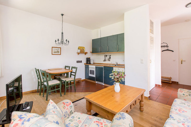 Appartement 4 - Wohnbereich und Küchenzeile
