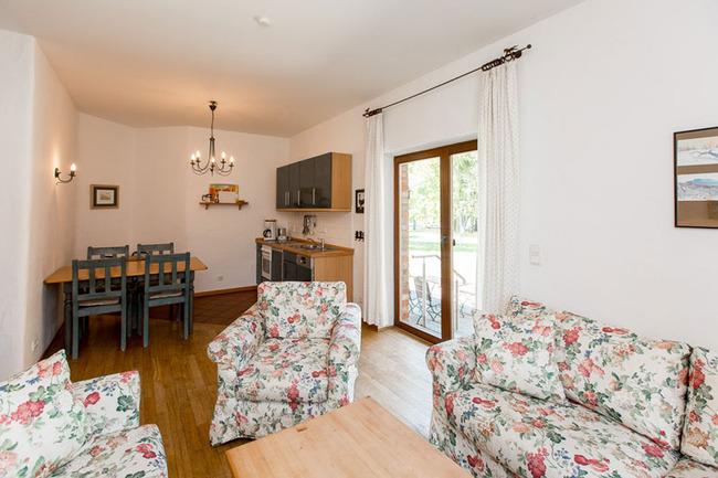 Appartement 2 - Wohnbereich mit Küchenzeile