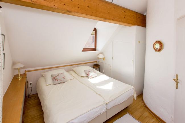 Appartement 1 - kleines Schlafzimmer mit Doppelbett im OG