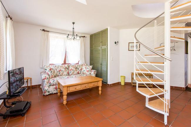 Appartement 1 - Wohnzimmer mit Couch und TV