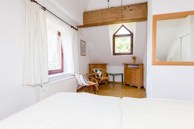 Appartement 1 - großes Schlafzimmer mit Sitzecke
