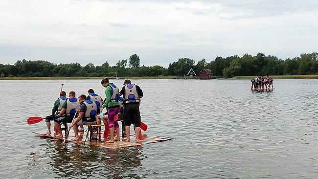 Gruppe auf dem Floß