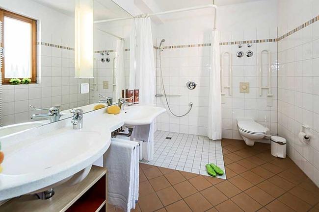 Bad mit Dusche, 2 Waschbecken und WC