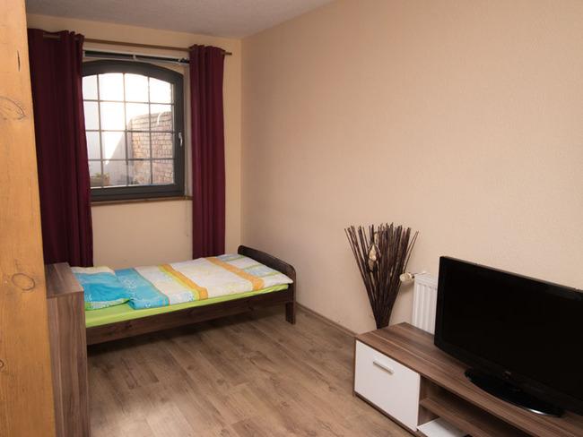 Doppelzimmer 6 - Bett und TV