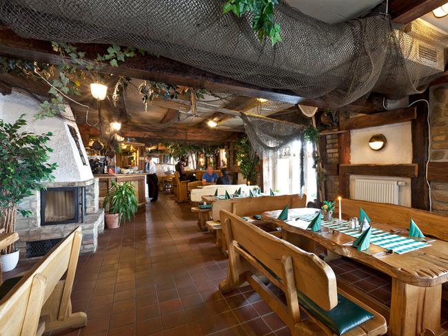 maritimer Gastraum mit Kamin und Tresen