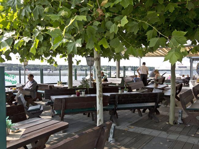 Terrasse mit schattenspendenden Bäumen