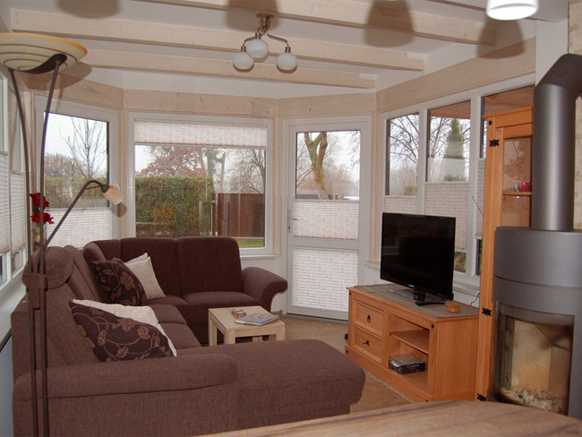 Haus 2 Wohnraum mit TV und Kamin