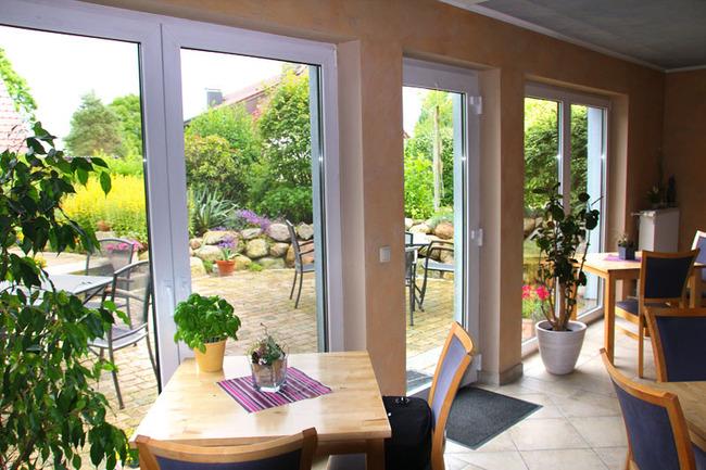 Frühstücksraum mit Terrasse und Steingarten