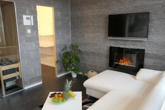 Wohnzimmer mit begehbaren Kleiderschrank