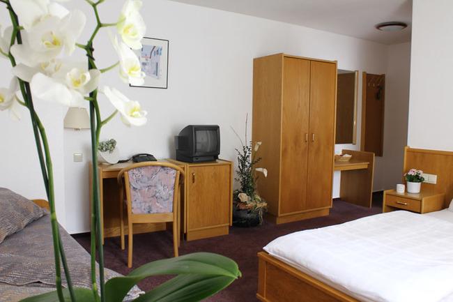 dreibettzimmer-hotel-am-markt-roebel-mueritz