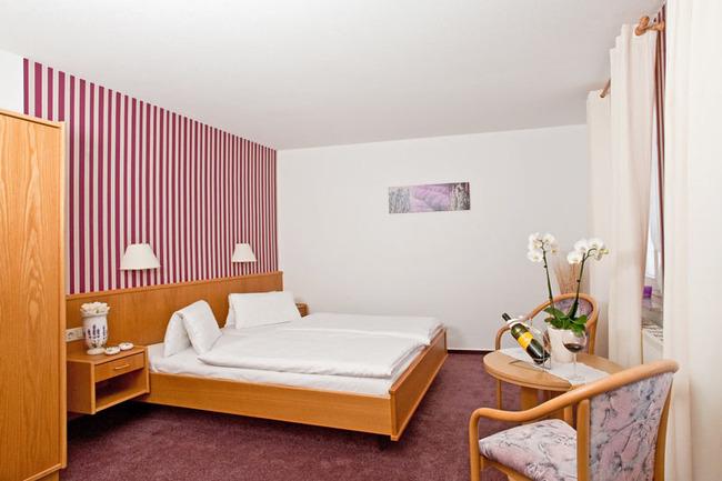doppelbettzimmer-hotel-am-markt-roebel-mueritz
