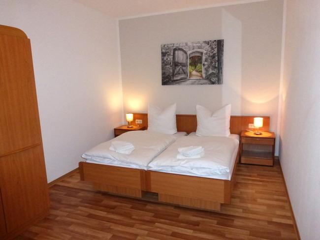zweites Schlafzimmer mit großem Doppelbett