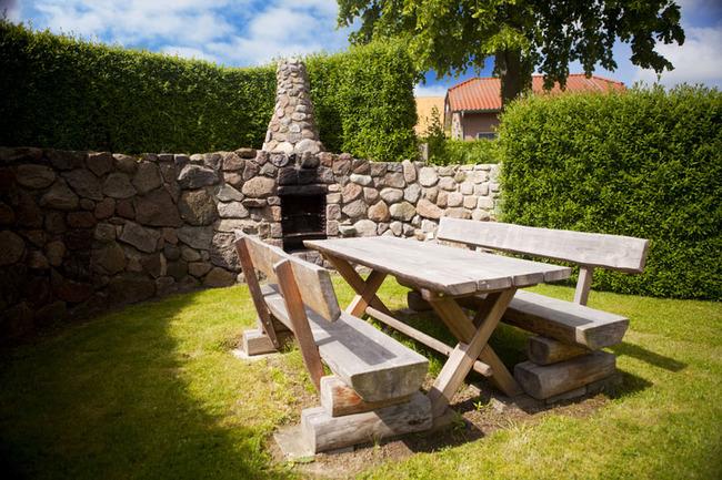Grillstelle mit Sitzmöglichkeiten im Garten