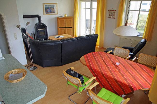 Wohnraum mit Essplatz und Couch