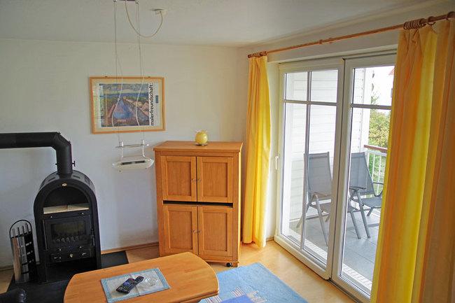 Wohnzimmer mit Zugang zum Süd-Balkon