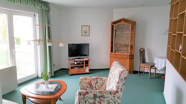 Wohnraum mit Sessel und TV