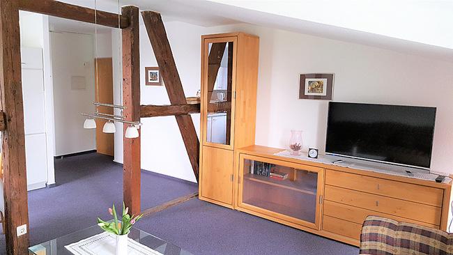 Wohnraum mit Fachwerk und TV