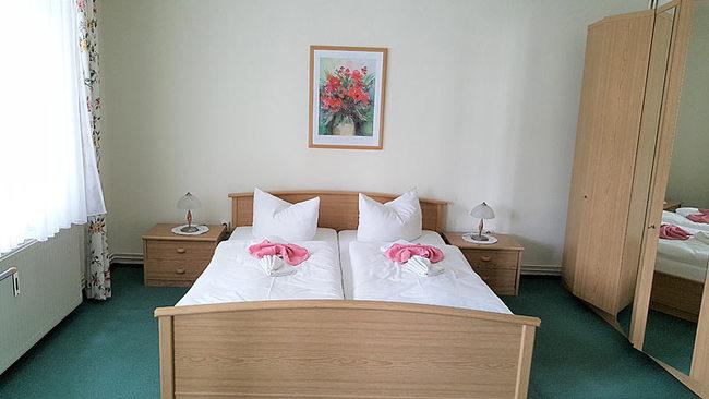 SZ mit Doppelbett und Schrank