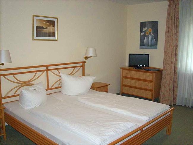 Zimmer mit Doppelbett und TV