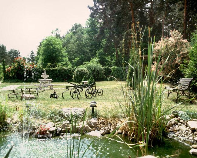 Hotelgarten mit Teich