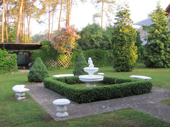 Hotelgarten mit Skulptur