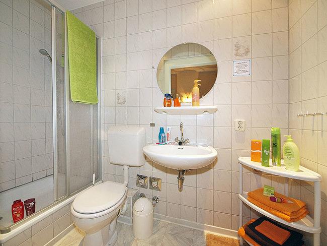 große Fewo - Bad mit Duschwanne