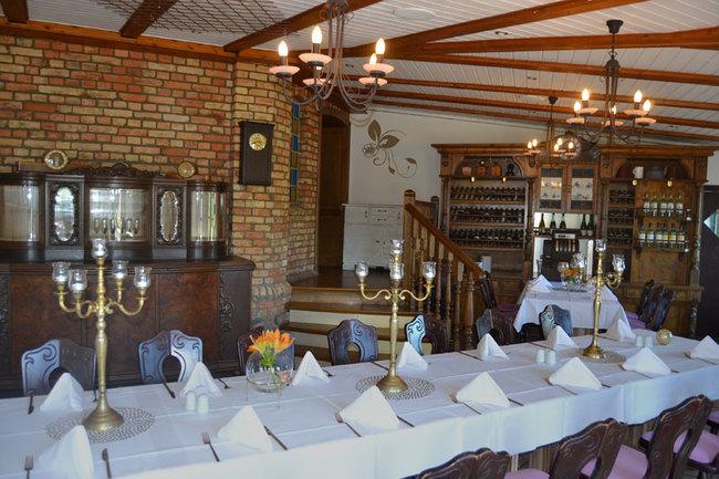 Gaststube mit eingedeckten Tischen