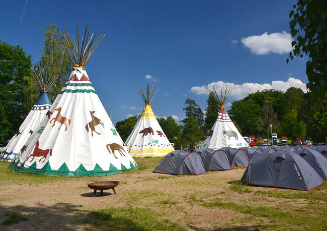 Zelte und Tipis auf dem Jugendcampingplatz