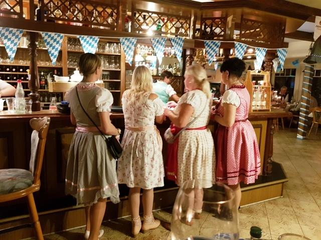 Auch am Tresen ist was los  zum Oktoberfest im Ferienpark Retgendorf