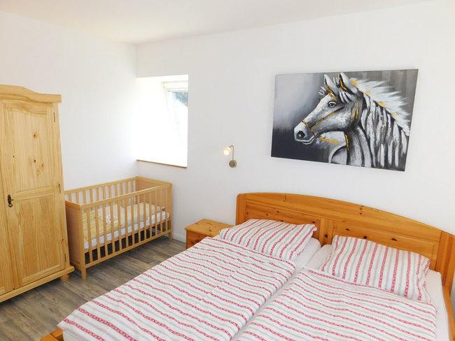 Fewo Denny - Elternschlafzimmer mit Kinderbett