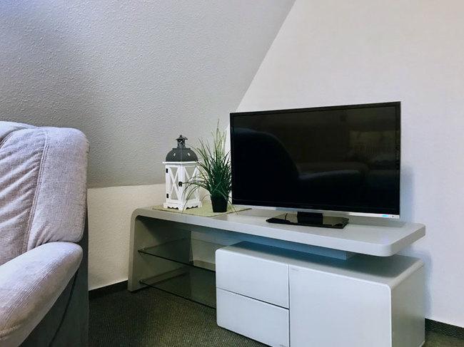 Zimmer mit TV im Obergeschoss