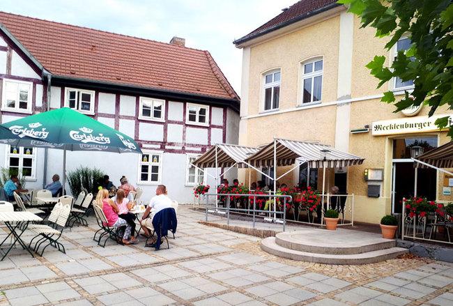 Terrasse mit Sitzgelegenheiten und Sonnenschirm