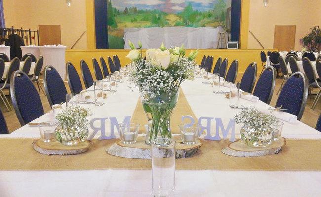 Saal mit festlich gedeckter Tafel