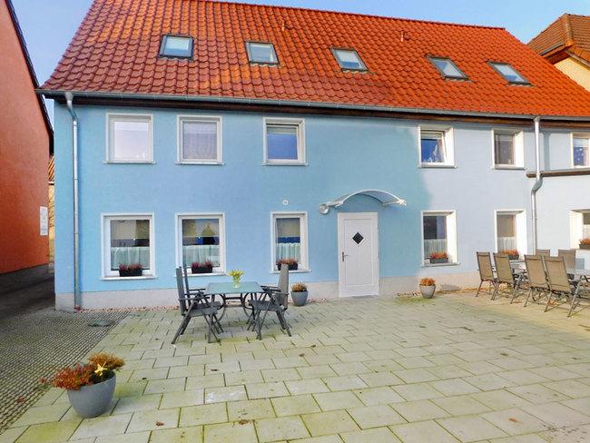 Appartementhaus mit möblierter Terrasse