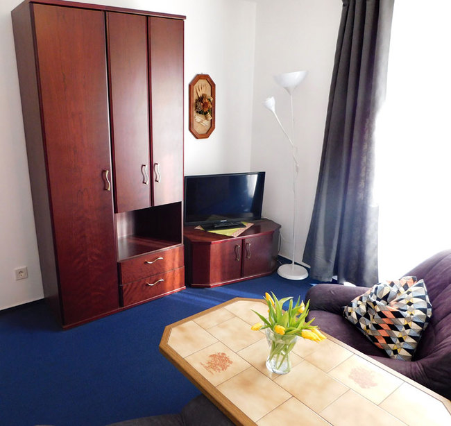 Wohnraum mit Sessel, Tisch & TV