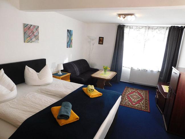 Zimmer mit Doppelbett und Sitzecke