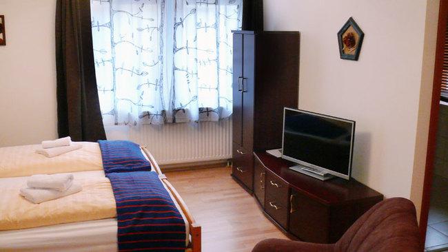 Schlafzimmer mit Doppelbett & TV