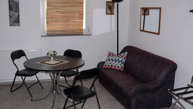 Zimmer mit Couch & Essplatz