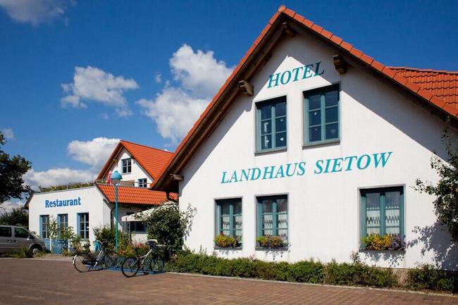 hotel-restaurant-landhaus-sietow-aussenansicht