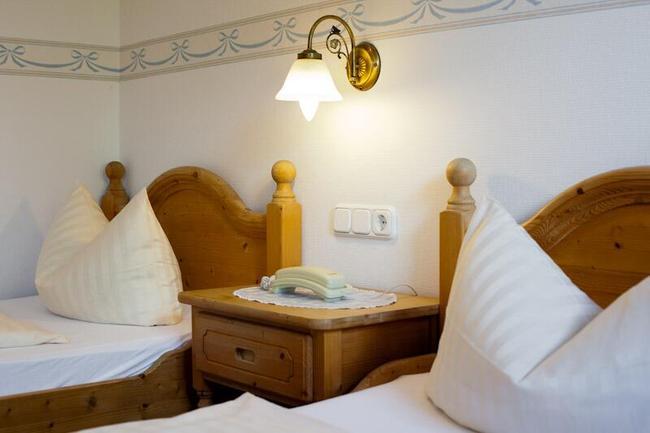 schlafzimmer-mit-holzmoebeln-im-landhaus-sietow