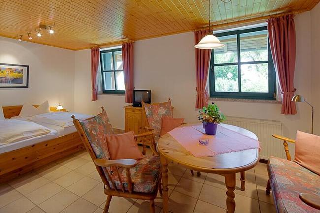 rustikale-holzmoebel-im-doppelbettzimmer-vom-landhaus