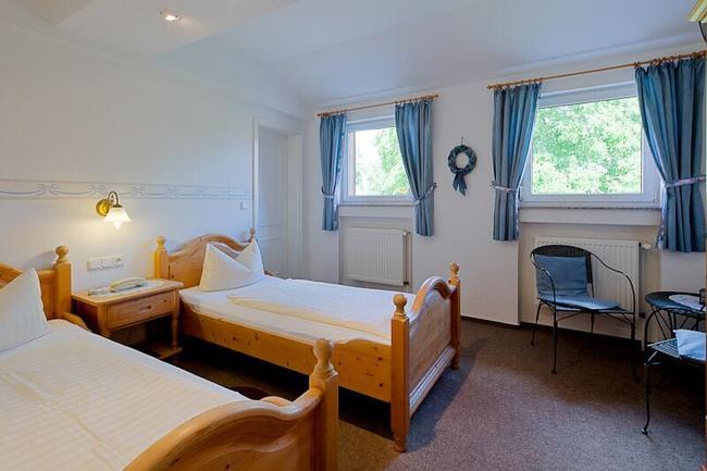 helles-hotelzimmer-im-landhaus-sietow