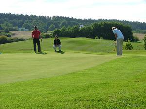 drei-golfspieler-auf-dem-gruen