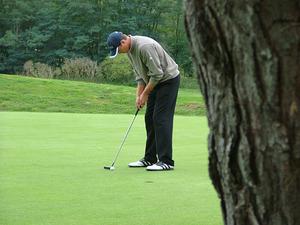 golfspieler-beim-putten