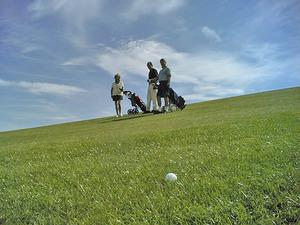 golfball-mit-spielern-im-hintergrund