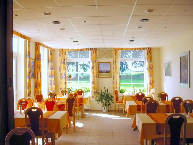 Gaststätte mit Kamin im Landhotel Am Peetscher See