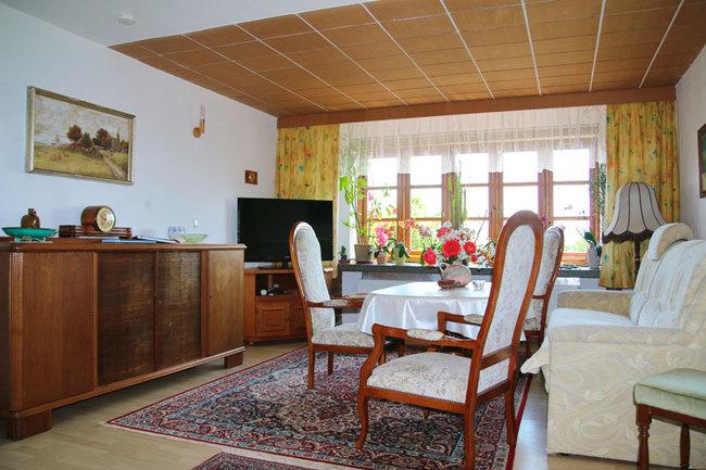 Wohnzimmer mit Esstisch, Couch & TV