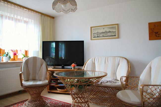 Wohnbereich mit Korbmöbel und TV